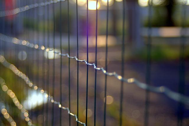 montaż ogrodzenia panelowego na pochyłym terenie